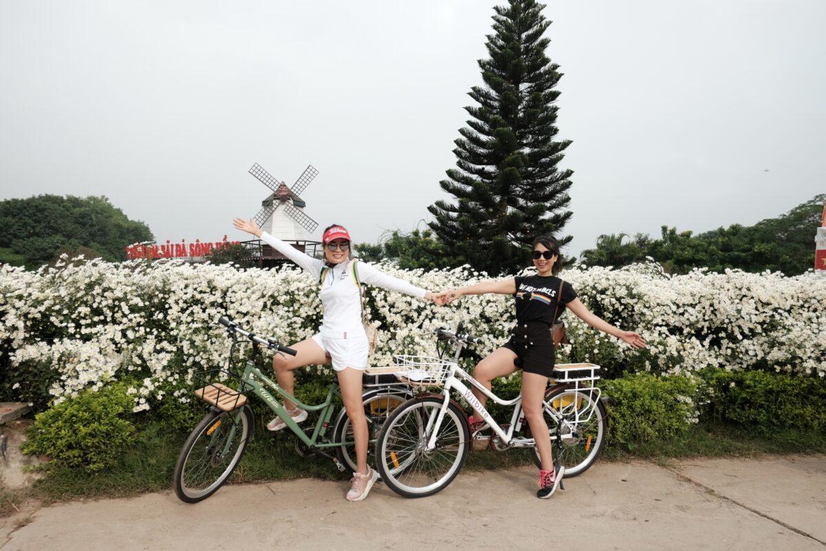 Nhiều người thích thú với việc đạp xe.