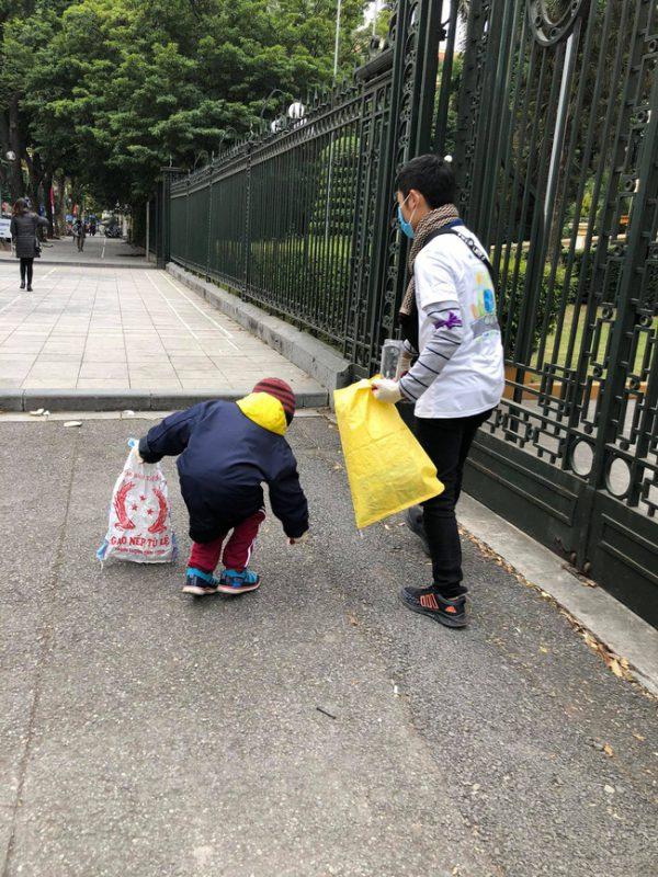 Trong nhóm còn có một số trẻ em cùng tham gia, nhằm sớm giáo dục các em ý thức bảo vệ môi trường.