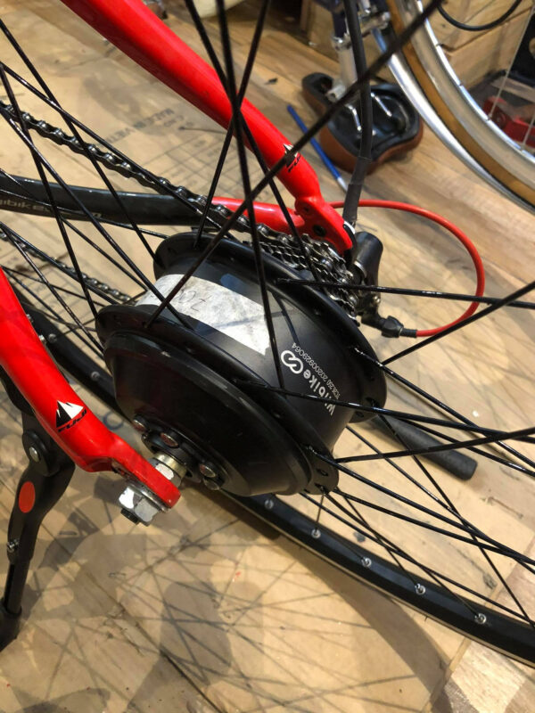 Một chiếc xe đạp bình thường đã biến thành xe đạp trợ lực điện sau khi gắn thêm pin Lithium và động cơ.