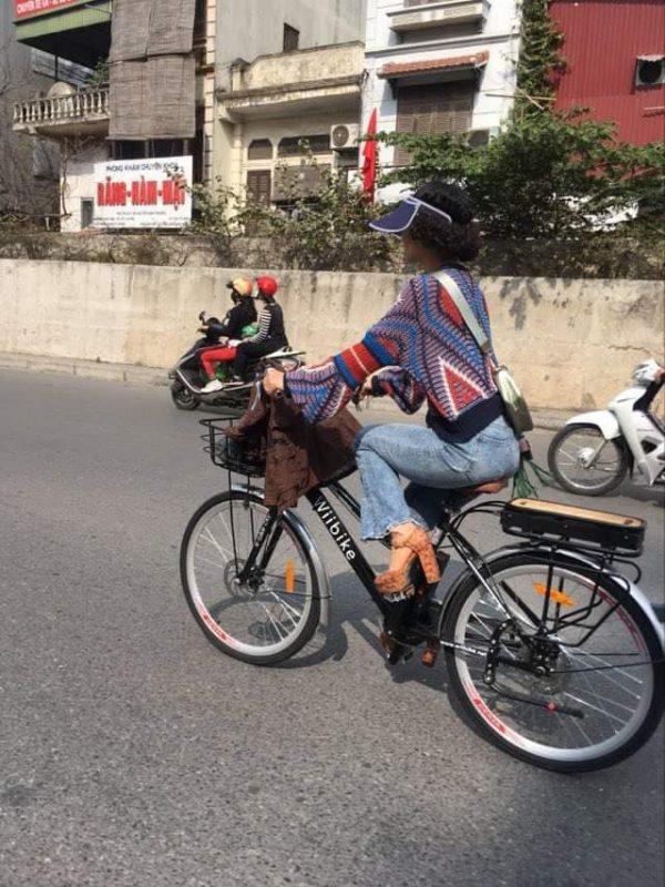 Chị Nhã Tĩnh – thành viên Câu lạc bộ đạp xe cuối tuần thường xuyên chọn xe đạp trợ lực điện làm phương tiện đi làm, dạo phố.